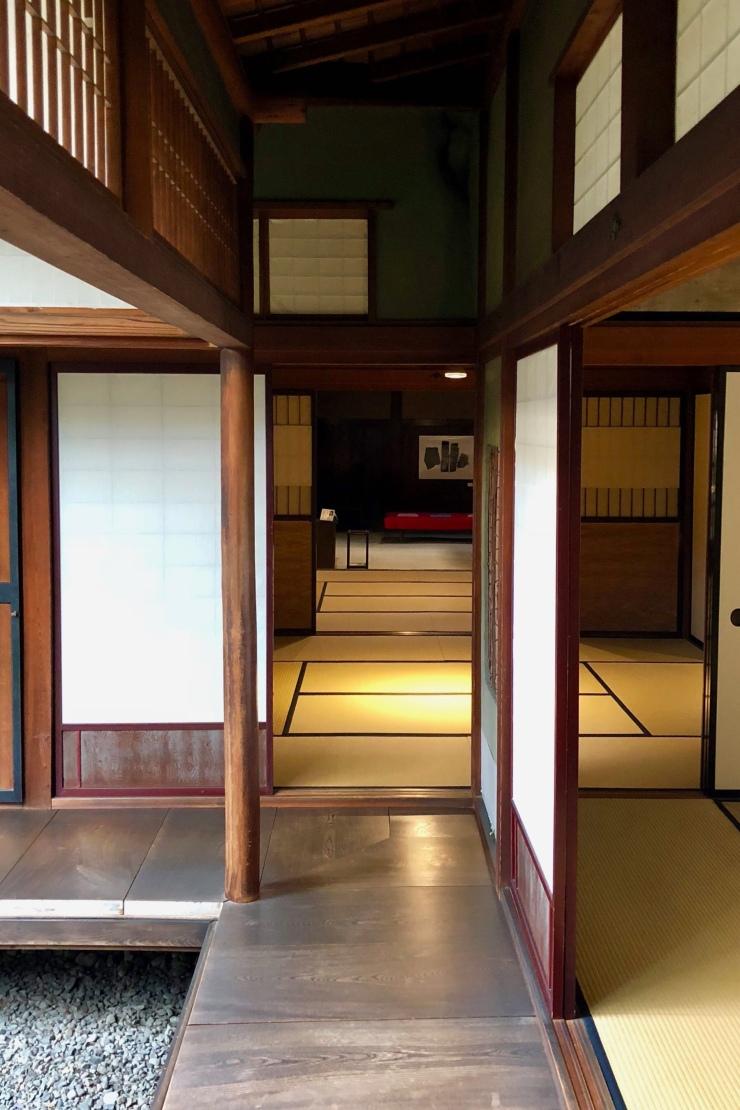 Galerie extérieure prolongée par un couloir