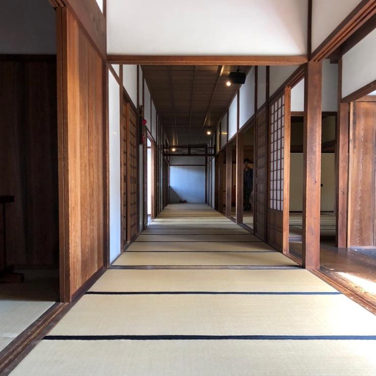 Couloir maison traditionnelle japonaise rythmé par la succession des tatamis