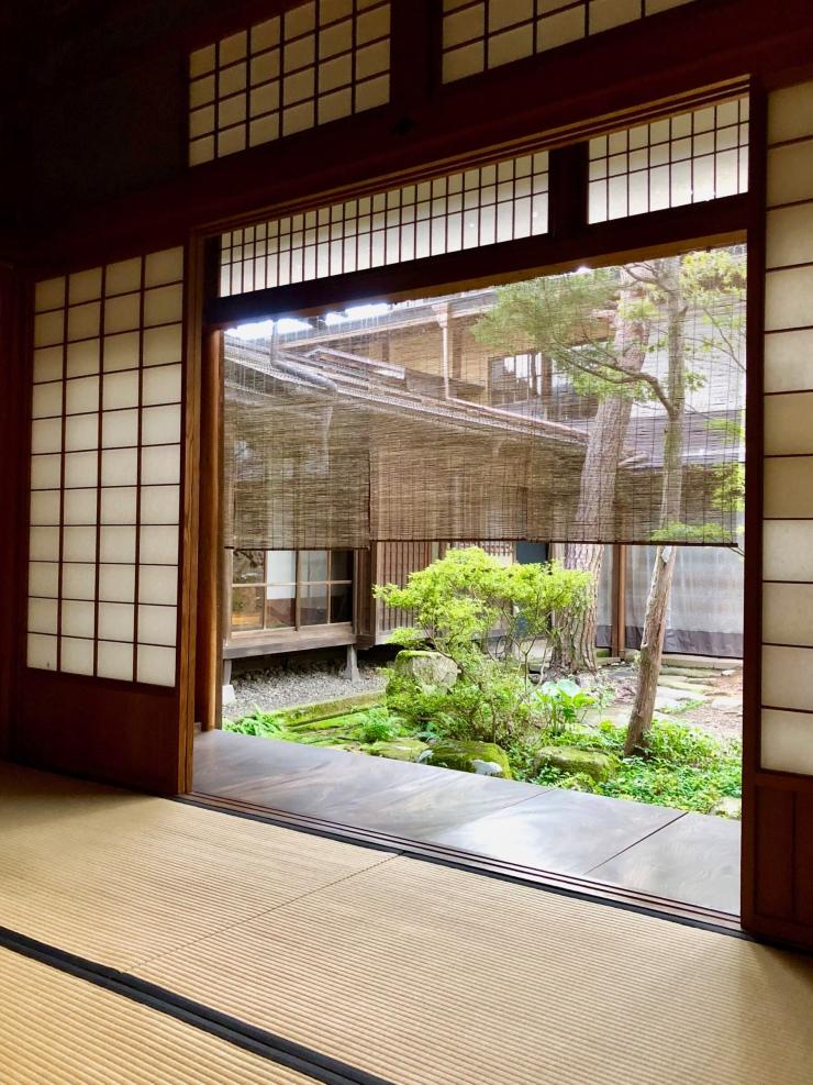 Pièce donnant sur un corridor, se prolongeant par un jardin traditionnel