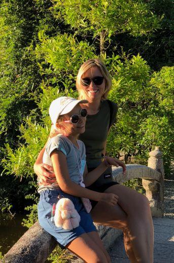 Mere et Fille dans un Jardin Japonais