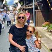 Juliette et Eden dans les rues de Takayama