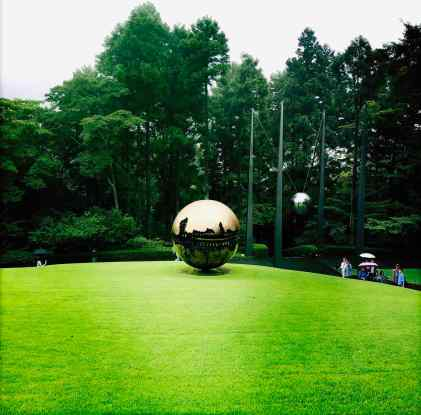Sfera con Stera d'Arnaldo Pomodoro, Open Air Museum, Hakone