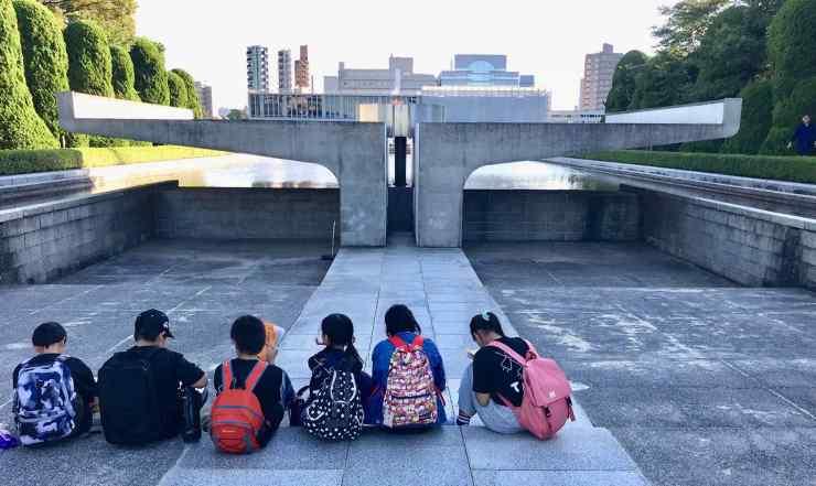 Enfants devant la flamme de l'espoir - Hiroshima