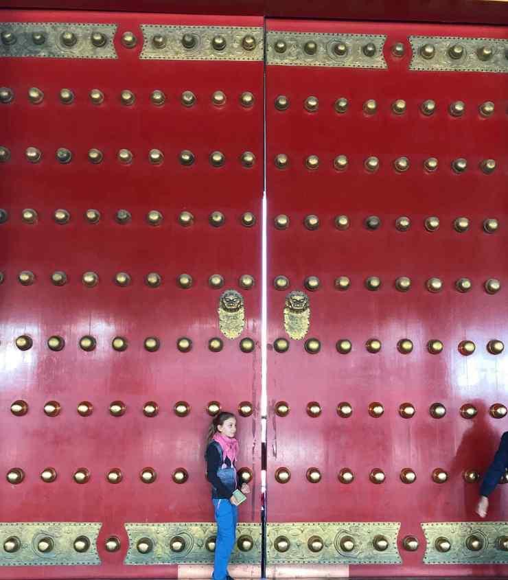 Petite fille et porte monumentale - Cité Interdite - Pékin - Chine