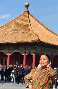 Vieille Chinoise en train de pauser - Cité Interdite - Pékin - Chine