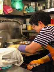 Mamie préparant les pâtes faites à la main devant nous - Séoul