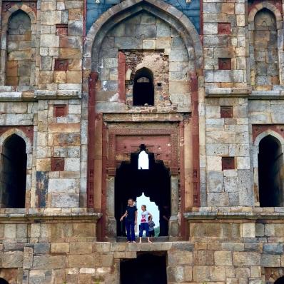 Eden et Juliette devant l'entrée d'un cénotaphe - Lodi Garden - Delhi - Inde
