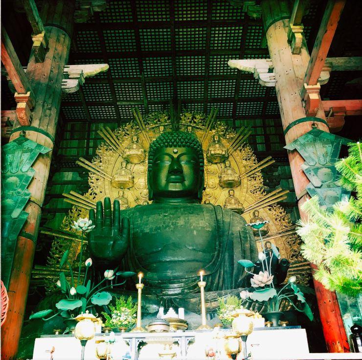 """Grand Bouddha de Nara, vu de face. """"Peace"""""""