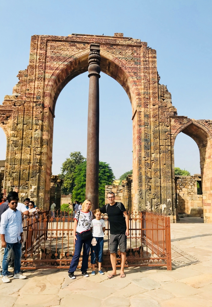 Devant l'étrange pilier en fer pur du IVeme siècle - Qutb Minar - Delhi - Inde