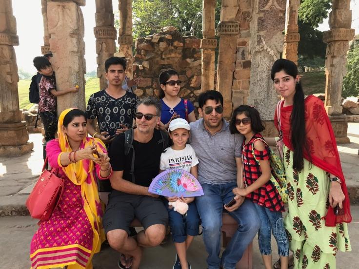 Eden pause au milieu des Indiens ! Une vraie star ici aussi, avec son bodyguard - Delhi - Inde