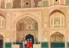 Devant la porte de Ganesh - Touristes et femmes au travail - Amber Palace - Rajasthan - Inde