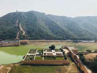 Vue sur le lac depuis le palais, manque d'eau, pourtant après la saison des pluies - Amber Palace - Rajasthan - Inde