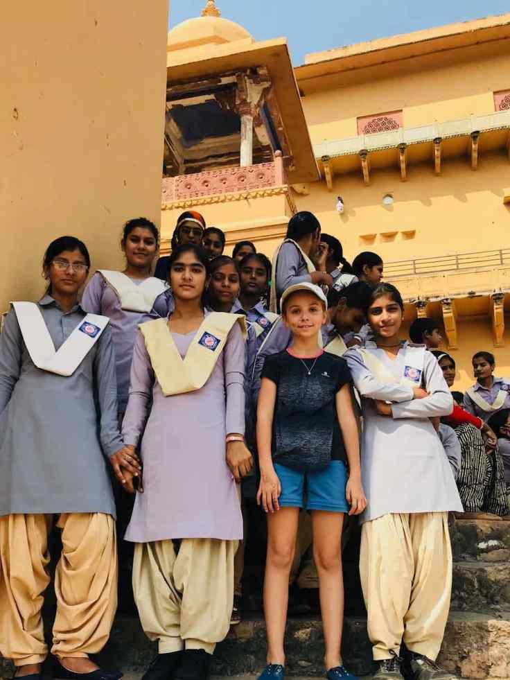 Eden avec un groupe de collégiennes au joli uniforme - Amber Palace - Rajasthan - Inde
