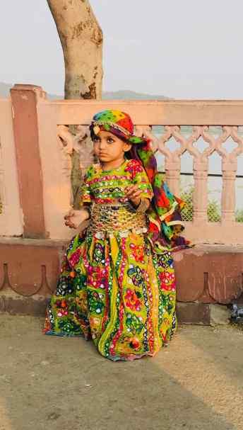 Toute petite fillette en habit traditionnel - Palais sur l'eau - Jaipur - Rajasthan