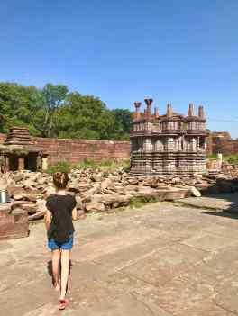 Eden déambule dans le temple Mahanal - sur la route vers Chittorgarh - Rajasthan - Inde