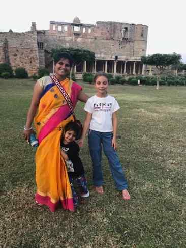 Eden, Parvati et Doudou devant les ruines du palais - Chittorgarh - Rajasthan - Inde