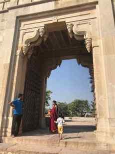 Parvati et Doudou passant la porte de l'Est - Chittorgarh - Rajasthan - Inde