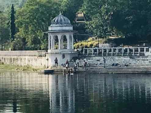 Baignade des hommes au petit matin - lac Dudh Talai - Udaipur -Rajasthan - Inde