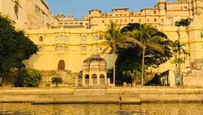 Vue sur le City Palace depuis le Lac Pichola - Udaipur - Rajasthan - Inde
