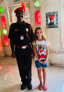 Eden pose avec un garde du City Palace - Udaipur - Rajasthan - Inde