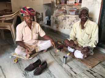 Le cordonnier et son ami, fumant la Ganga - Narlai - Rajasthan - Inde