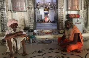 Holy Man et Homme à turban en grande discussion - Narlai - Rajasthan - Inde