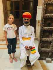 Eden pose avec un garde du fort à la barbe et au turban magnifiques - Jodhpur - Rajasthan - Inde
