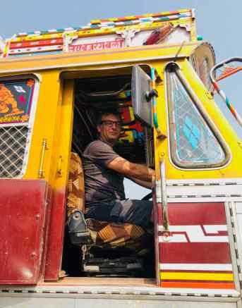 Geoffrey explore un gros camion Tata - Inde
