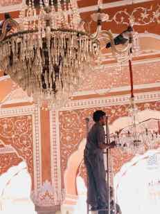 Il faut bien nettoyer les lustres, sous l'oeil des pigeons - City Palace - Jaipur - Rajasthan