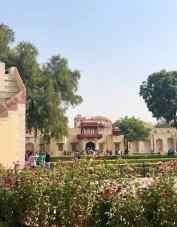 Jardins du Jantar Mantar et au fond, le Palais des vents - Jaipur - Rajasthan