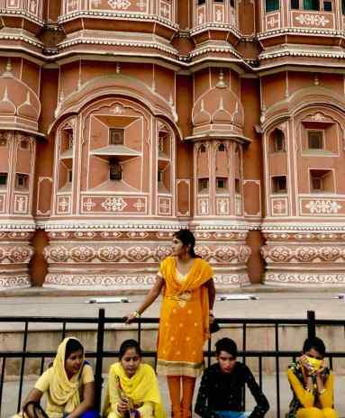 Femme prenant la pause devant le Palais des vents - Jaipur - Rajasthan