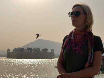Juliette prend la pause devant le palais sur l'eau - Jaipur - Rajasthan - Inde