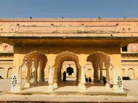 Jolies colonnes dans une autre cour - Amber Palace - Rajasthan - Inde
