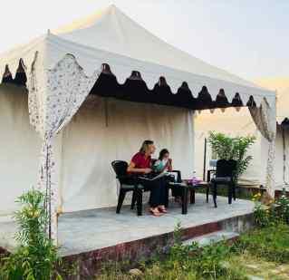 Ranthambore - Studieuses devant notre tente- Rajasthan - Inde
