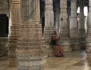 Vieille Indienne se reposant - Ranakpur - Rajasthan - Inde