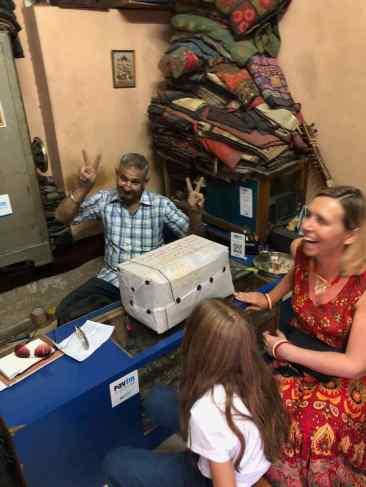 """Notre """"postier"""" et notre colis - Jodhpur - Rajasthan - Inde"""