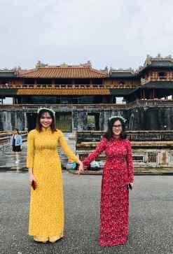 Jeunes filles posant devant la porte du midi - Cité impériale - Hue - Vietnam