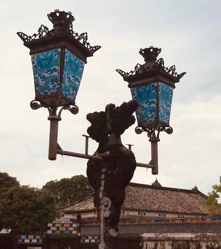 Inspiration Française revisitée à la mode Vietnamienne pour les lampadaires de la cité Impériale - Hue - Vietnam