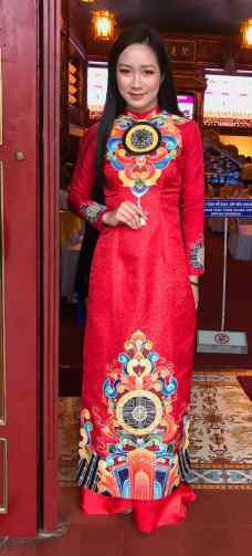 Jeune fille en tenue de gala - Hue - Vietnam