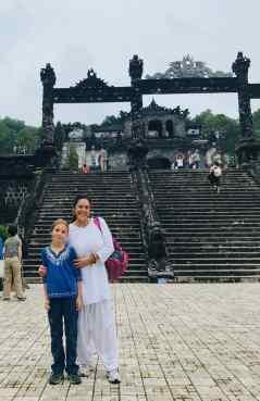 Eden et Ingrid sur une des plateformes du mausolée de Khai Dinh - Hue - Vietnam