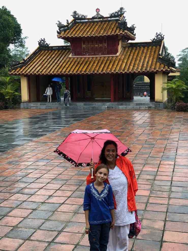 Eden et Ingrid devant l'un des pavillons du Mausolée de Ming Mang - Hue - Vietnam
