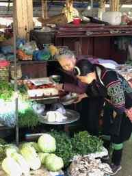 Achat de légumes sur le marché de Sapa - Vietnam