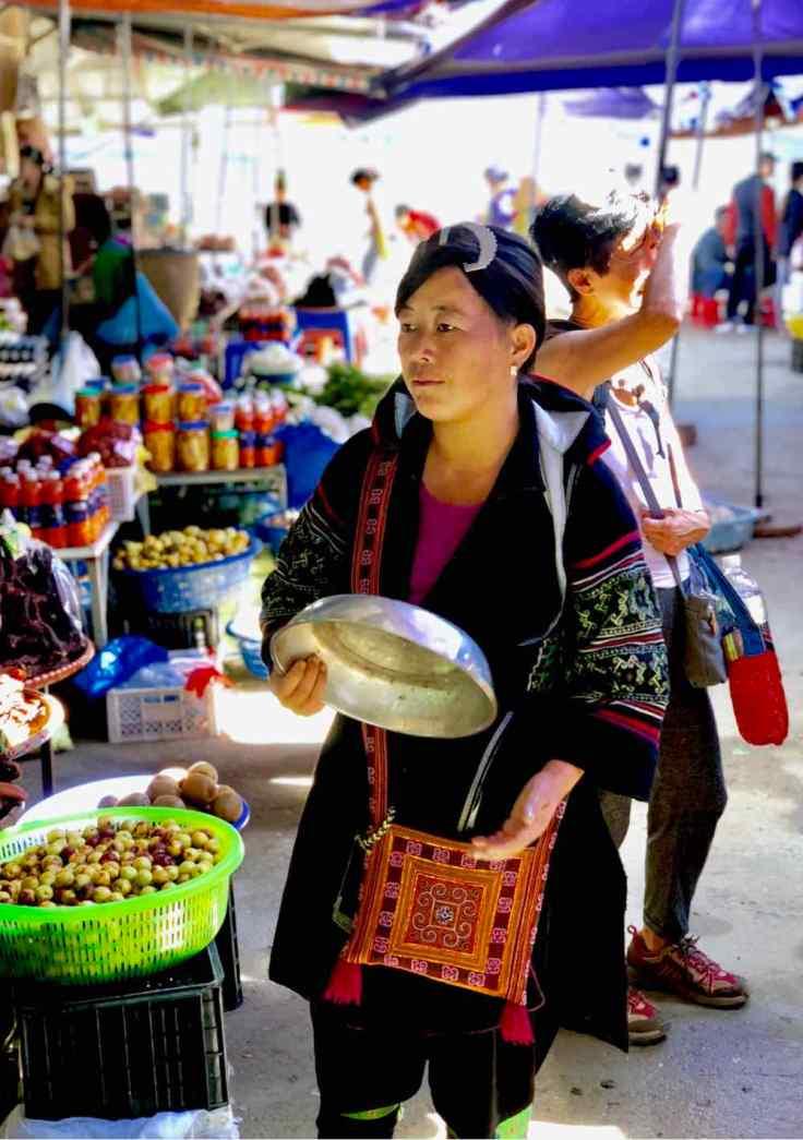 Sing, jolie Hmong, sur le marché de Sapa - Vietnam