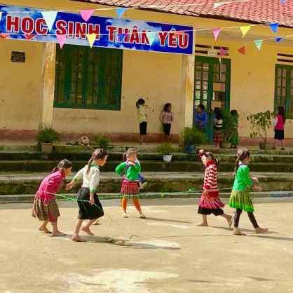 Fillettes Hmongs dans la cour de l'école - Région de Sapa - Vietnam