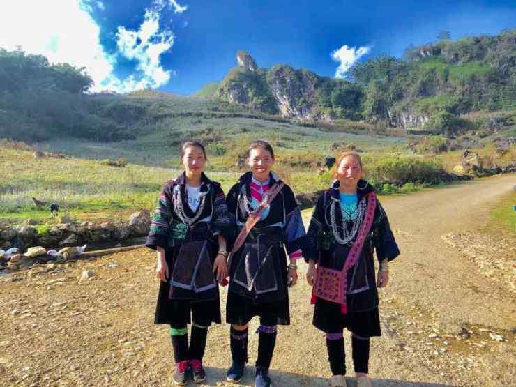 Jolies Hmongs Noires croisées en chemin- Région de Sapa - Vietnam