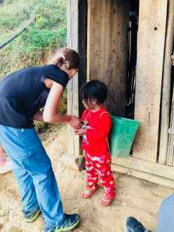 Chasse aux poussins avec la petite dernière - Chez Sing - Région de Sapa - Vietnam