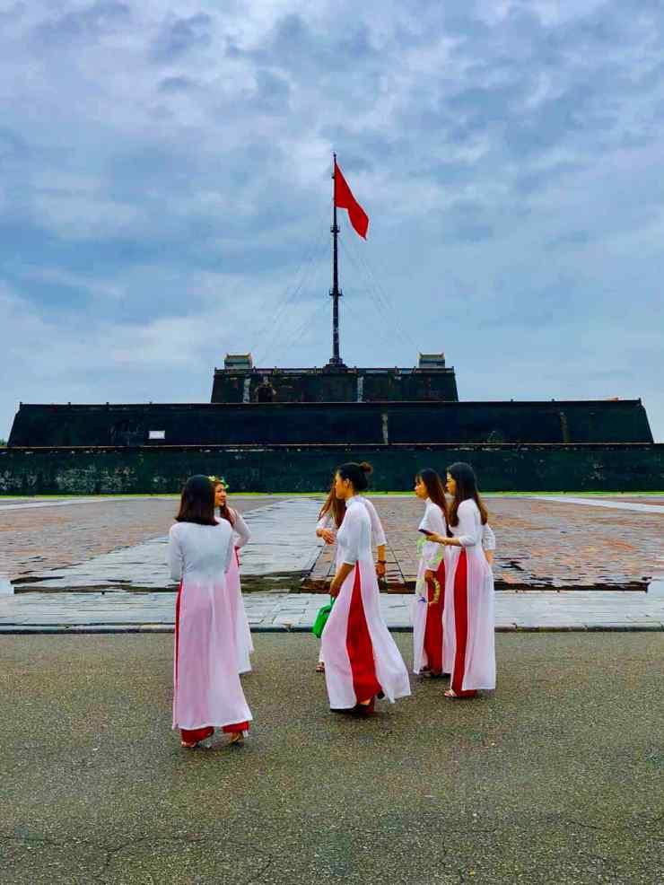 Jeunes filles devant le bastion de la cité impériale - Hue - Vietnam