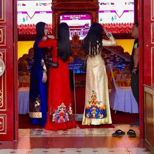 Joli trio habillées pour la fête de mariage - Théatre Impérial - Cité Impériale - Hue - Vietnam