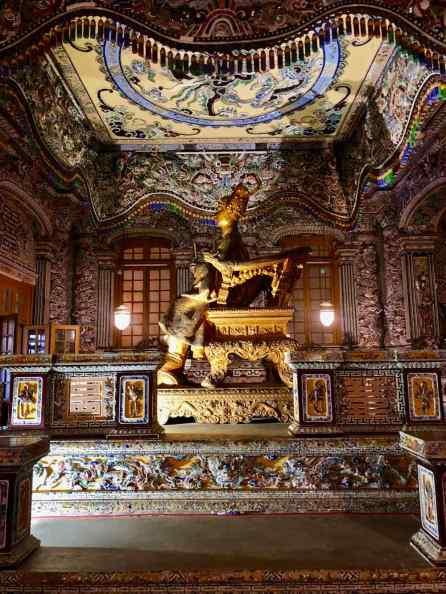 Khai Dinh dans son mausolée - Statue de bronze taille réelle - Hue - Vietnam