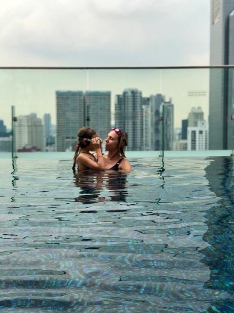 Eden et Juliette dans la piscine du Jen Hotel - Singapour